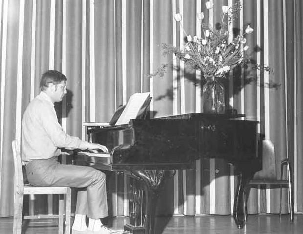 Nils-Erik Gräns spelar piano.