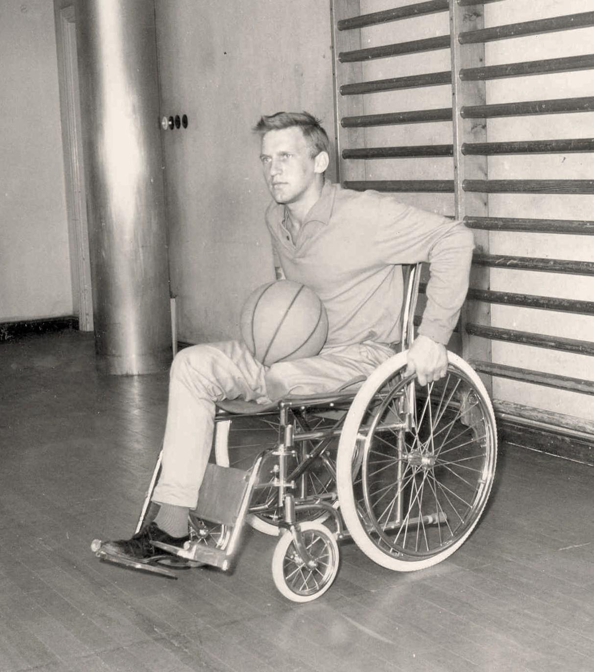 Rune Pettersson provar ny basketstol 1963.