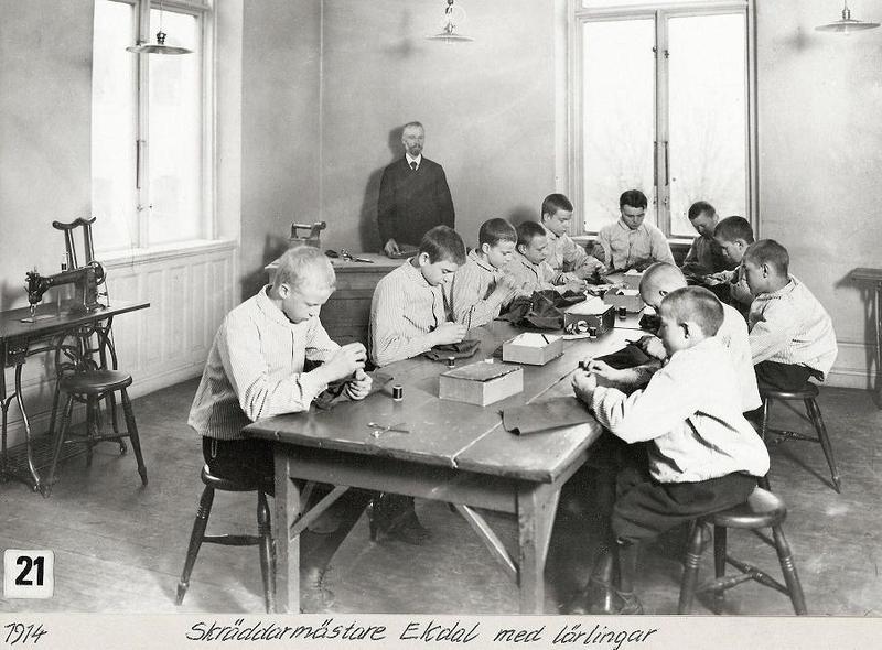 Skräddarmästare Ekdal med sina elever 1914.