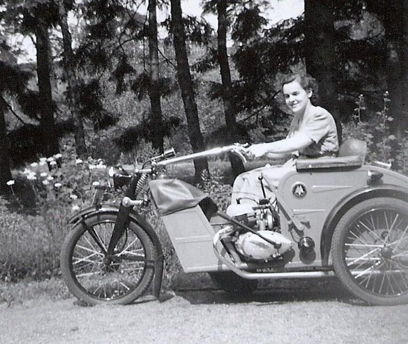 Karin Westlund på sin motorcykel 1953.