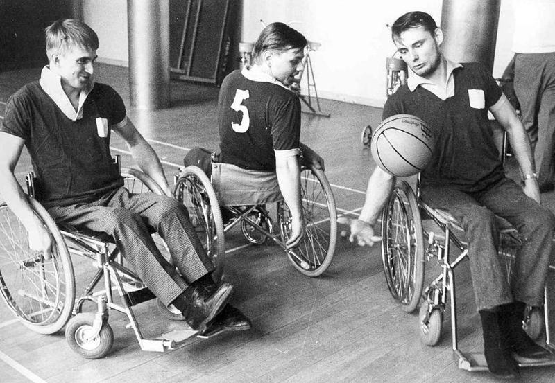 Basketträning i samlingssalen.