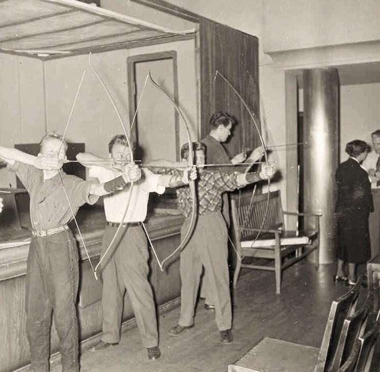 Bågskytteträning i samlingssalen.
