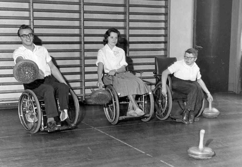 Curlingträning i samlingssalen.