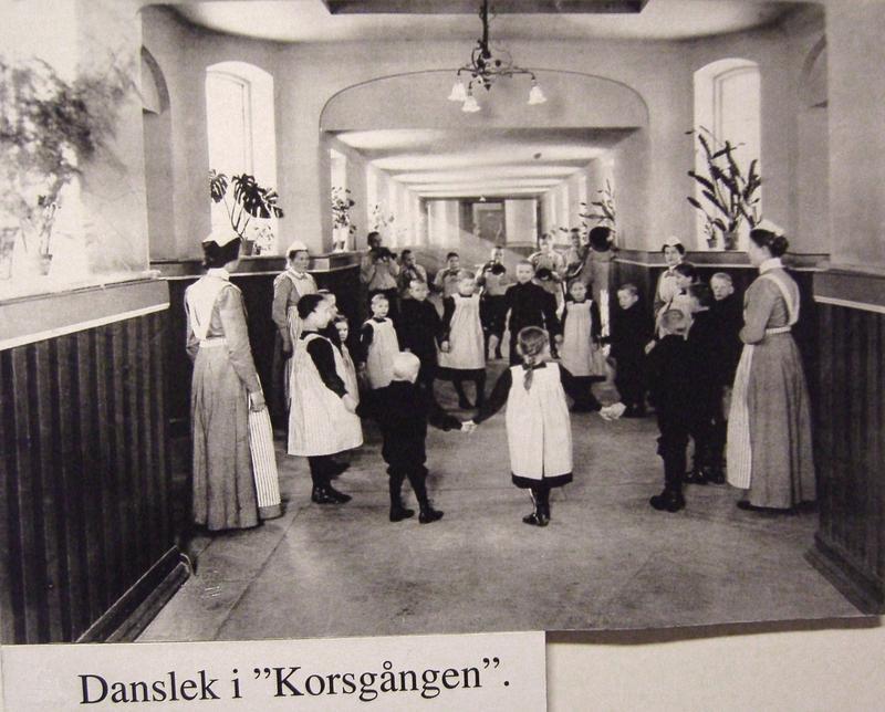 """Danslek i """"Korsgången""""."""