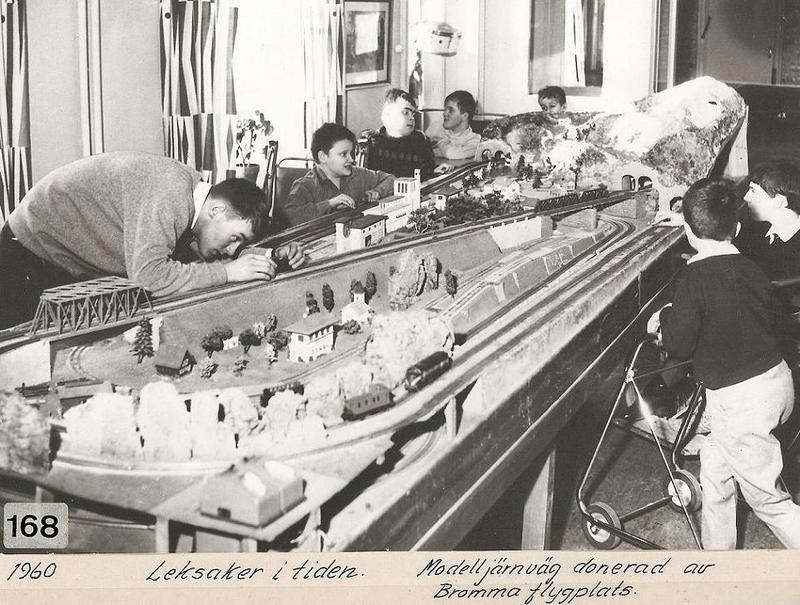 Lek med modelljärnväg 1960.