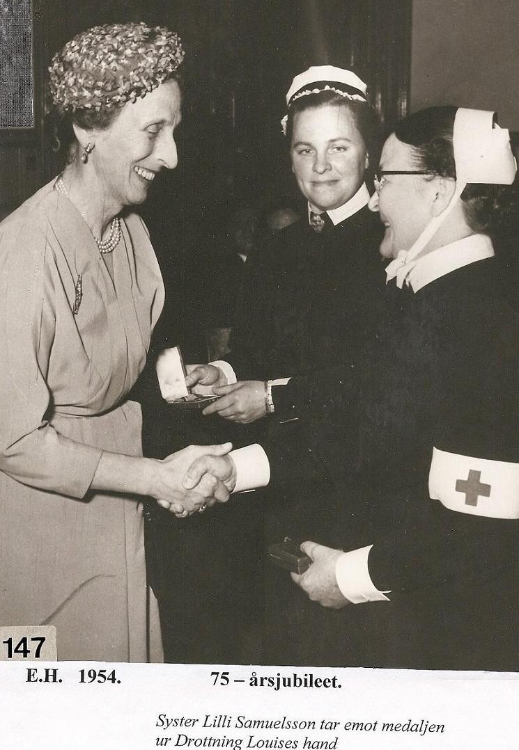 Drottning Louise delar ut medalj 1954.