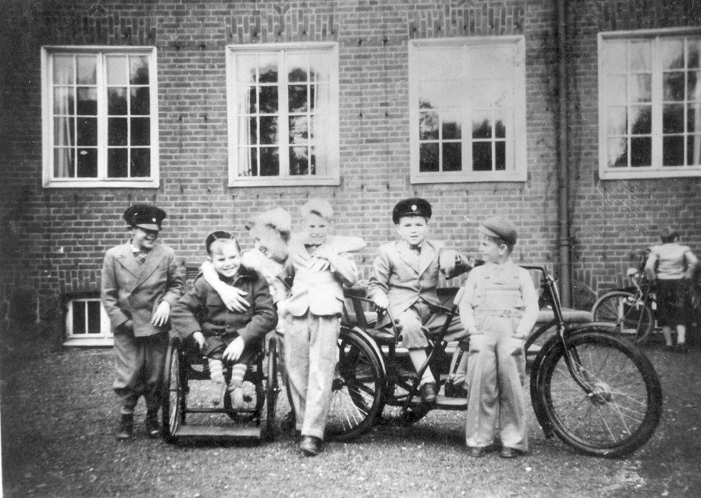 Gruppbild med cykelvagn 1952