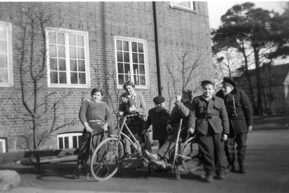 Gruppbild med cykelvagn 1955