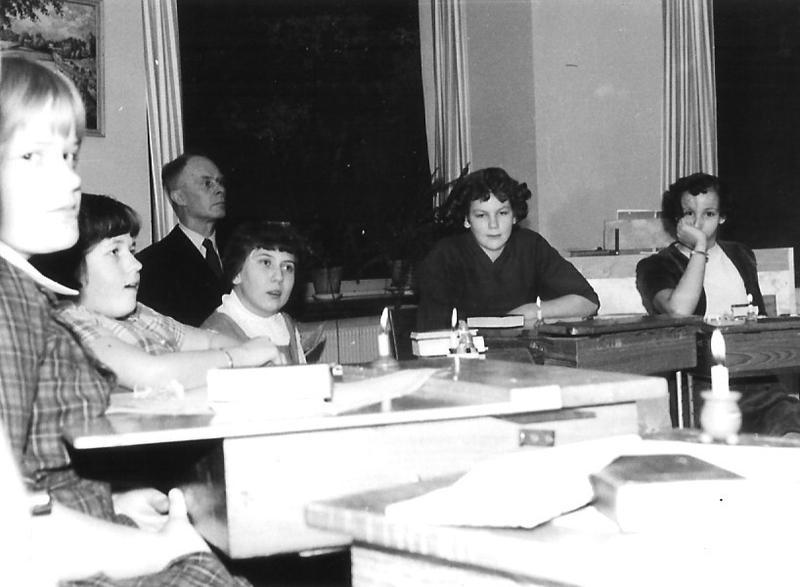 Läraren Elis Johansson med elever.