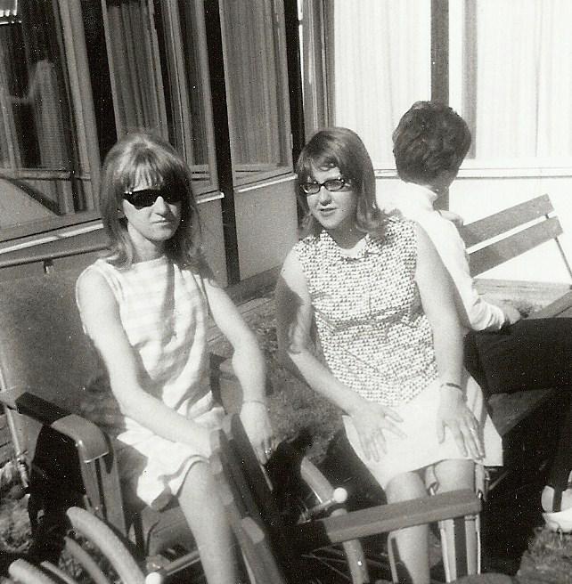 Leni och Anna-Maria utanför Tallbo.