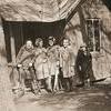 Flickor vid lekstugan (40-talet).