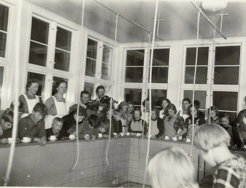Bassängen i badrummet (40-talet).