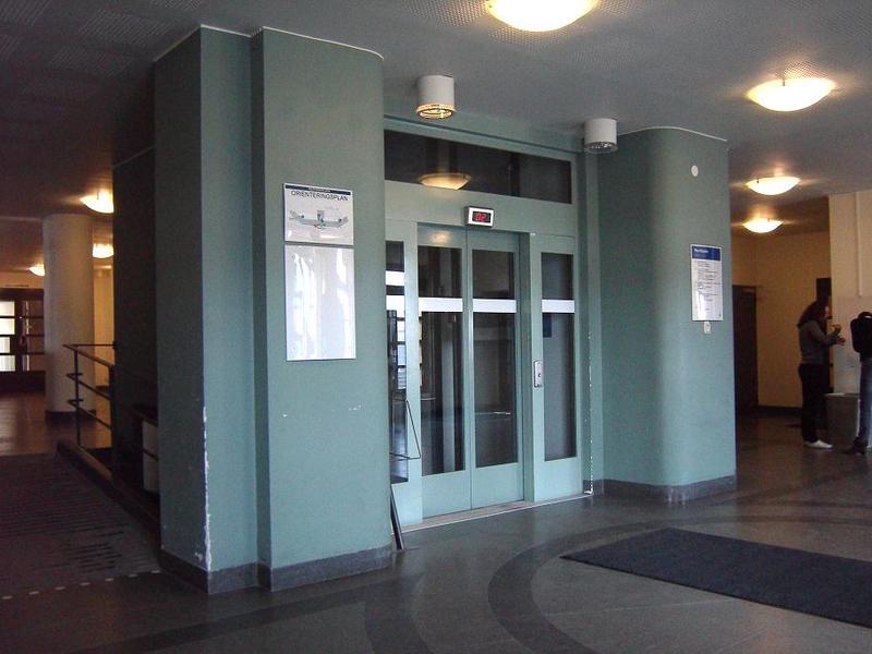 Hissen vid huvudentrén.