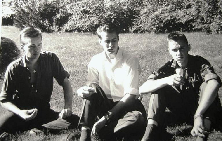 Tre elever i gröngräset.