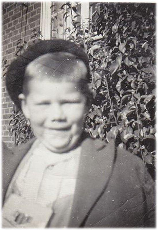 Alf vid päronträd omkring 1952
