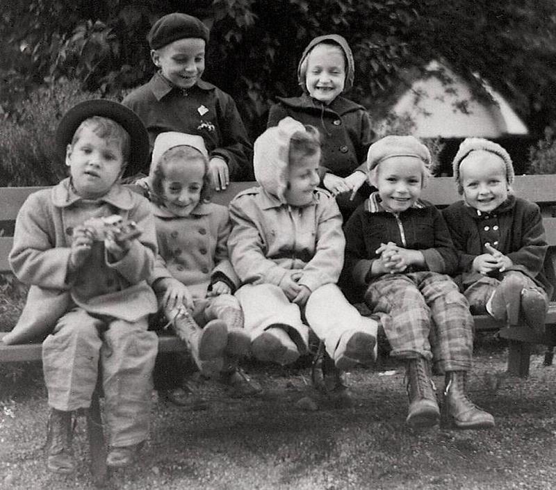 Barn på en parkbänk.