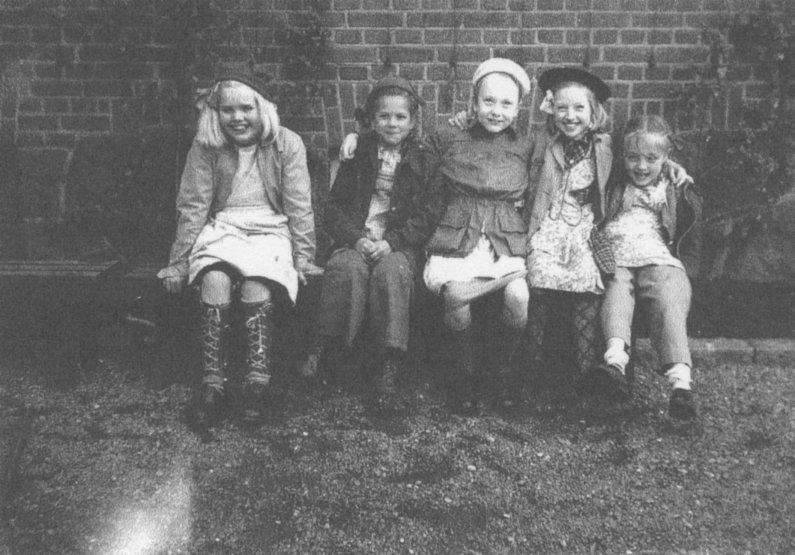 Vid spaljéplommonträden början av 1950-talet