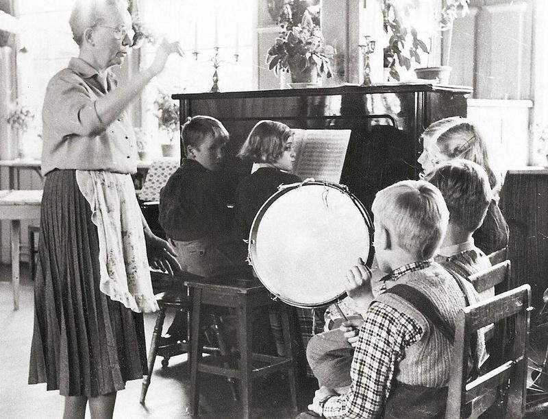 Sånglektion med fröken Anna Berger.