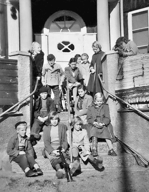 Elever på trappan.