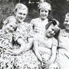 Fem glada flickor.