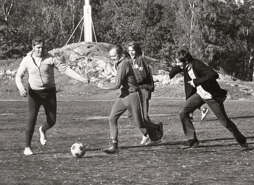 Rektor Boström spelar fotboll.