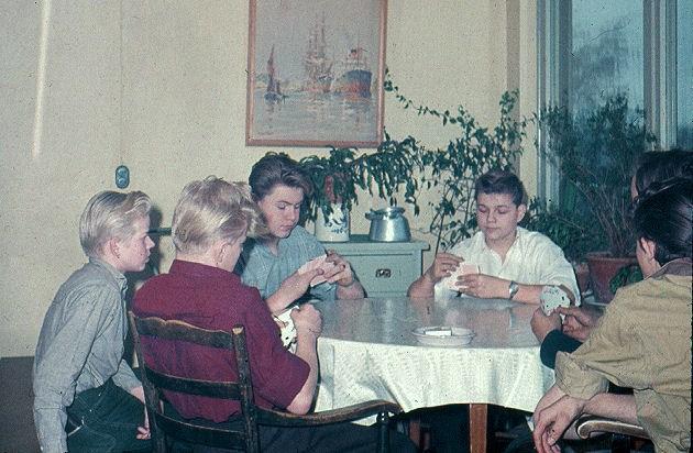 Kortspel i rökrummet på Björnidet.