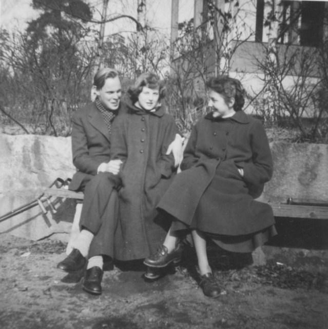 Nisse, Marianne och Kerstin i vårsolen 1953-54.