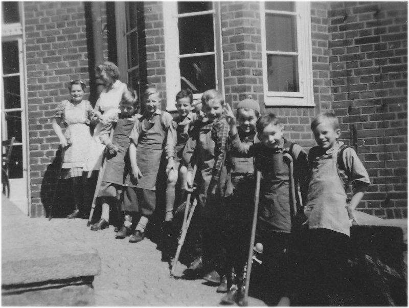 På skolhemmets ingångsramp omkring 1947