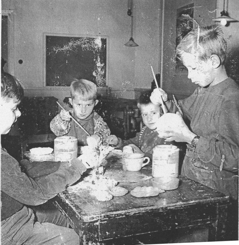 Även små pojkar gör keramik