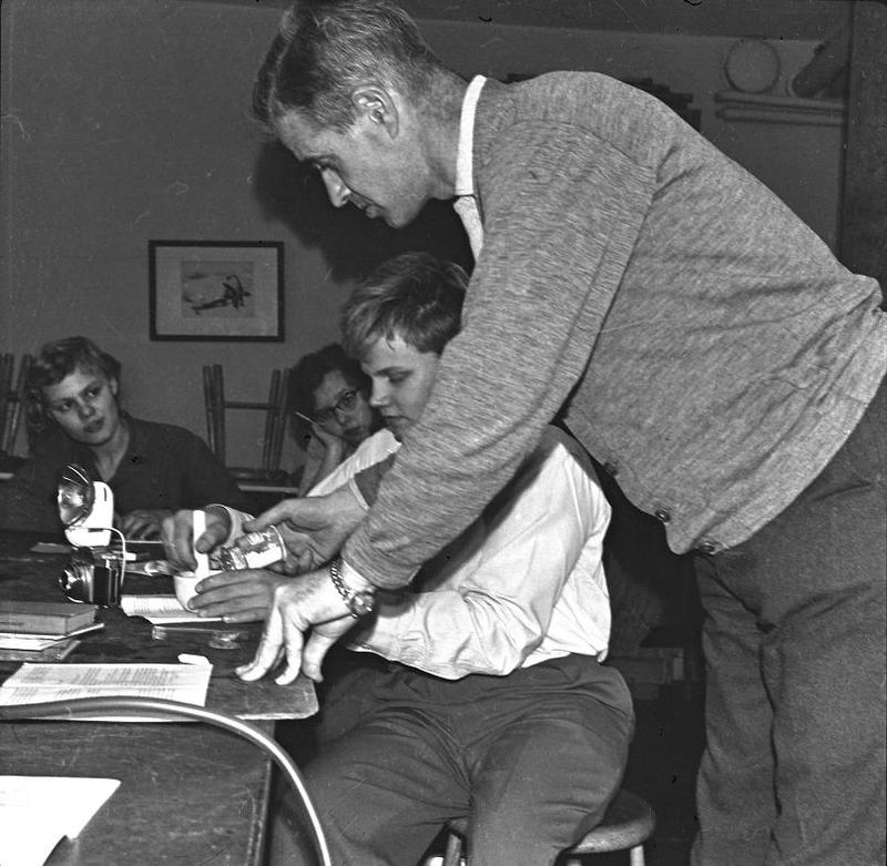 Läraren Björn Ståludd undervisar 1958.