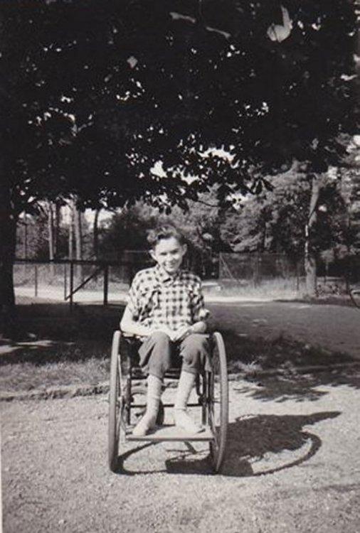 Stig Allan Olsson i rullstol tillfälligt 1953
