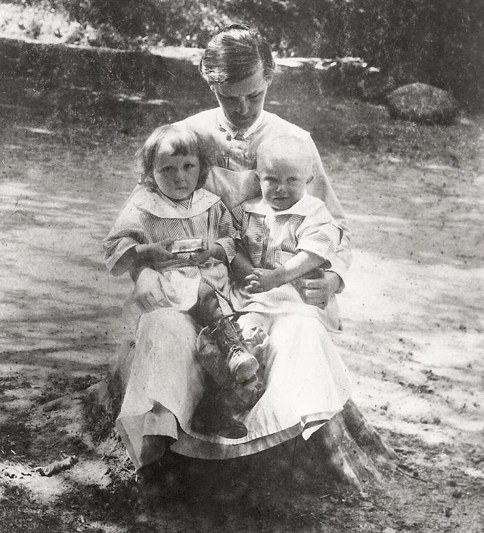 Syster Elin med två små barn.